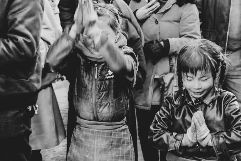 Kids praying in Tibet